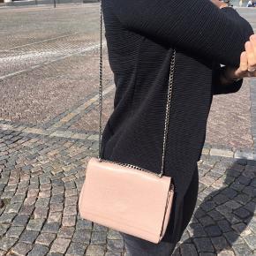 Super fin rosa farvet taske fra Decadent. Nypris er 2800 🌸 og i meget fin stand.