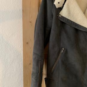Lækker jakke i ruskinds lignende materiale med for indeni! Brugt få gange og fejler ikke noget udover, at den er lidt beskidt indeni (kun nederst i siderne og intet man bemærker). Det er formentlig nogle bukser eller andet, der måske har smittet lidt af i foret - se sidste billeder💙
