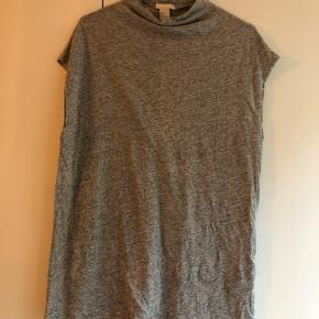 Top / t-shirt fra H&M Trend i hørblanding. Den har korte ærmer og en lidt høj hals. Aldrig brugt, dejlig blødt materiale 🌟