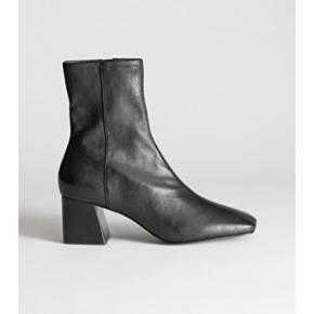 Jeg overvejer at sælge de her flotte støvler fra & Other Stories, hvis det rette bud kommer :-) De er max brugt to gange, som også kan ses på billederne. Kom med et seriøst bud🌸