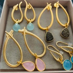 Smukke izabel camille øreringe. Mindsteprisen er 300 kr per par. Jeg handler kun via mobilepay og bytter ikke. Og lad venligst være med at skambyde, når jeg allerede har sat smykkerne ret billigt til salg!  Ps - jeg ved ikke helt endnu, om jeg vil sælge dem øverst til venstre.