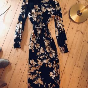 Smuk, lang kjole fra Rude. Har et lidt orientalsk look med blomster, flæsekrave og flæseærmer. Silkelook. Brugt én gang til et bryllup 🐧