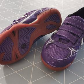 Str. 32. Indendørs sko.  Min datter har kun prøvet dem på. Der er skaldet lidt af på højre side, efter at have ligget i sko skabet. Men det har ingen betydning. Byd