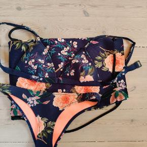 """Flot bikini fra Triangl med original dustbag. I stoffet neopren, velholdt. Modellen hedder """"Delilah midnight blue cheeky"""" Overdel i str s - svarede til xs/s og underdel i str m - svarende til str s"""