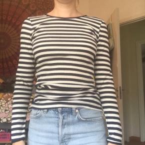 Den lækre klassiske rib 101 langærmet trøje / t-shirt fra Nørgaard på Strøget i navy og hvide striber. De er one size og vil sige de fitter xs, s og m (er selv xs-S) Brugt få gange og fejler intet, men får den desværre bare ikke brugt. Byd endelig! :)