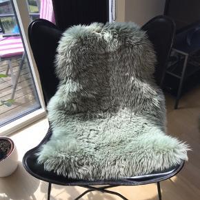 Flot flagermusstol i sort læder. Kun stået til pynt. Lammeskind kan medfølge for kr 200 ekstra.  Sender ikke. Afhentes i Viborg.