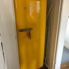 Smeg køleskab i gul. Den er et par år gammel, men den har ingen problemer og ingen skrammer eller ridser.