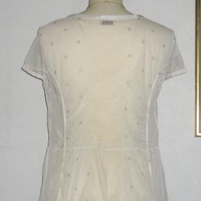 Feminin: Gennemsigtig Cardigan / Jakke / Bluse  Såå sød ! Lille gennemsigtig jakke / bluse / cardigan med hvide satinkanter og små perlemors knapper.  Brystvidde: 50-55 cm x 2 Livvidde: 46 cm x 2 Længde: 61 cm  Ingen byt, og prisen er fast