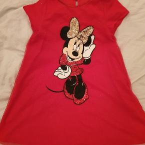 Skøn kjole fra H&M med pailletter og glimmerSender gerne ved køb for mere end 150 kr.