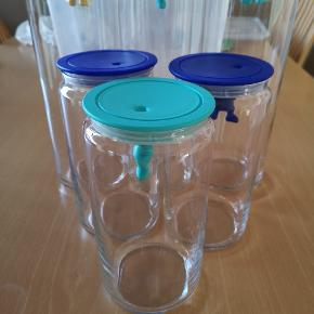 Alessi Gianni opbevarings glas. 7 stk. 3x 1,4 L 4x 2,0 L  2 gule, 2 mørkeblå, og 3 tyrkis farvede låg.  Opbevaring glas med låg hvor en mand hænger ned. Super gode og meget tætte glas. Ingen skår eller andet.