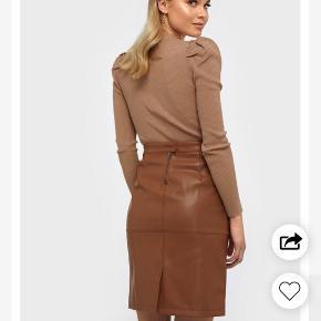 Nederdel i imiteret læder Nederdelen er en str. medium, men passer også en small