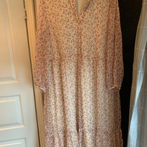 Smuk kjole fra Vero moda - brugt en gang og er som ny.