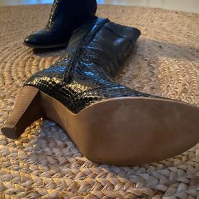 Meget velholdt Sofie Schnoor støvler i sort slange imiteret skind.