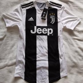 Juventus hjemmebanetrøje, med Ronaldo tryk bagpå. Helt ny med mærker. Koster 699 på unisport uden Tryk.  Fodboldtrøje Fodbold Bemærk, climachill player edition.