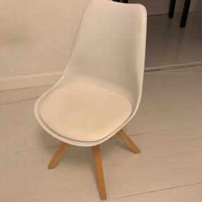 Hvid stol der kan bruges til både kontor, spisestol etc. 150kr :-)