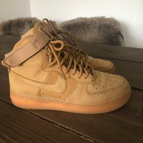 Nike air force high top sneaker i beige. Det er læder men lidt ruskindsagtig. Købt for 1000kr på boozt for 2 år siden. Brugt 1 gang, sender med dao eller afhentning hos mig. De fejler ingenting. Overførsel via mobilepay eller bankoverførsel.