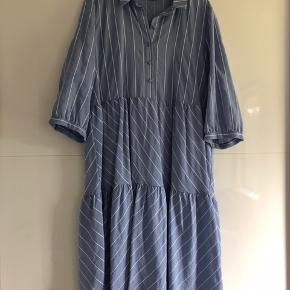 Så skøn kjole i de fineste lyseblå farve. Kun prøvet kjolen på. Derfor helt ny. Ny pris er 899,- Venligst se mine andre annoncer