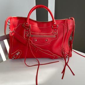 Super smuk Balenciaga Classic Metalic Edge håndtaske. Tasken er i meget tykt læder modsat de klassiske city tasker og den er derfor mere stiv og falder ikke så let sammen.  Der er enkelte brugsspor på tasken som vist på billeder men ellers er standen virkelig flot.   Kommer med dustbag.