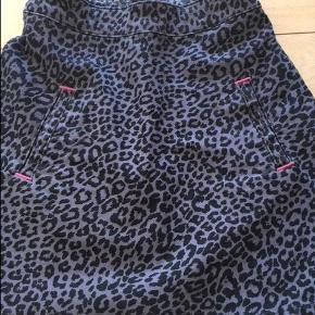 Varetype: nederdelStørrelse: 5år Farve: grå Oprindelig købspris: 550 kr.  fin nederdel, brugt 2 gange. stikninger bagerst inde i linningen , da jeg satte elastik i. Er fjernet igen, er som den var fra ny.