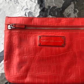 Smukkeste røde clutch fra Marc By Marc Jacobs. Bud modtages gerne ☺️ Har slid som det ses på billederne. Pris sat derefter. Nypris 1199kr. Måler 26x19