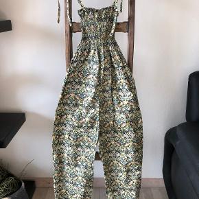 Ny super smuk buksedragt, vasket aldrig brugt, fuld længde fra bryst og ned 105 cm. Mindstepris 150pp.
