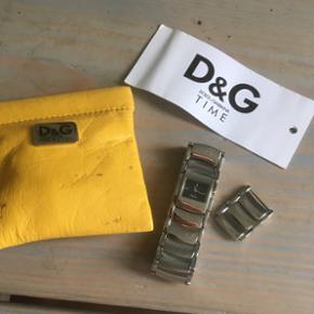 D&G - D & G - Klassisk ur fra Dolce and Gabbana   Ekstra led medfølger.  Har ligge i skuffen de sidste pr år, så det skal have nyt batteri, da jeg har glemt at trække splitten ud.  FAST PRIS & INGEN BYTTE.  Jeg sender gerne på købers regning. 36 kr. med Dao.  ❌ Se også mine øvrige annoncer - rabat ved køb af flere ting 😉🍁🍂