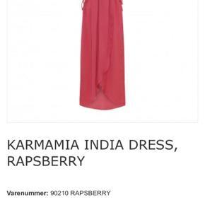 Helt ny Karmamia kjole med prismærke.  Str. S/M.  Sælges da jeg har fundet en anden kjole til et bryllup.  Nypris 1800 kr.
