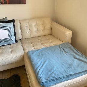 Fin lædersofa. Meget behagelig og komfortabel at sidde i. Brugt men velholdt. Afhentes i uge 34.  Giv et bud.