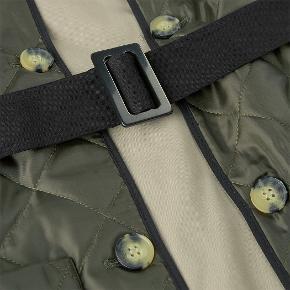 Super fin jakke fra sidste vinter fra H2O / Fagerholt / Julie Fagerholt Halvdelen af spændet er dsv. knækket af - det virker stadig, men kan også let udskiftes med et andet (lignende kan købes i de fleste stof butikker for ca. 30 kr) Udover spændet er den i rigtig god stand.  Ydre vesten kan tages af, så man kan både bruge jakken og vesten for sig. Skriv endelig på 53637141 eller her, hvis du ønsker billeder  Bytter ikke :)