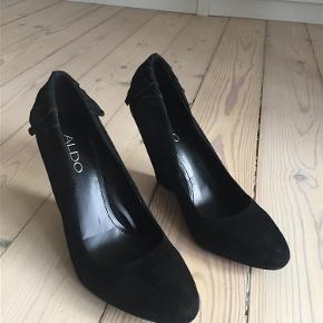 Varetype: sko Farve: sort Oprindelig købspris: 500 kr. Prisen angivet er inklusiv forsendelse.  Sko med kilehæl. Lidt for støre for mig. Brugt dem få gange. Tekstil.