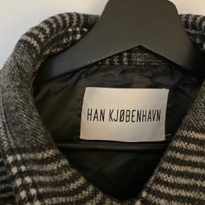 Lækker overgangs jakke fra Han kjøbenhavn. Brugt 2 gange og fremstår fuldstændig som ny.