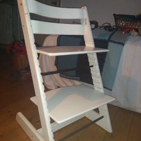Sælger 2 af disse triptrap stole. Den ene lidt mere slidt end den anden.  Som der ses på det sidste billede er der lidt slid på stolen, dog ikke noget på siddepladerne osv.  ✨Skal afhentes ✨