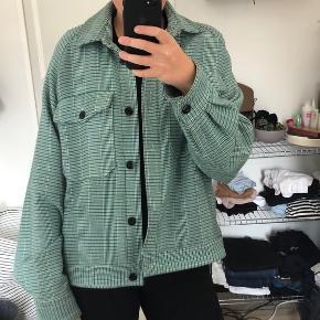 Sælger den her Samsøe Samsøe jakke. Den er en M, men jakkens design gør at den er meget oversize. Jeg er selv normal en L og den fitter også mig oversize. den fremstår flot på ydersiden, man kan dog godt se at den har været brugt. Jeg tror den kostede omtrent 1000 kr. for ny og går derfor ikke under 300 kr :) kan afhentes på Nørrebro ellers sender jeg gerne.