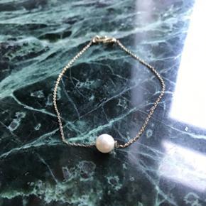 Tynd guldkæde med perle med 's-lås' fra Moss Copenhagen