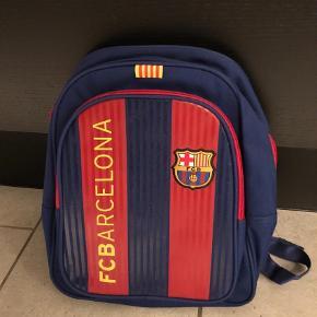 Brand: FC Barcelona  Varetype: Rygsæk Størrelse: H33 x B28 Farve: BLÅ Prisen angivet er inklusiv forsendelse.