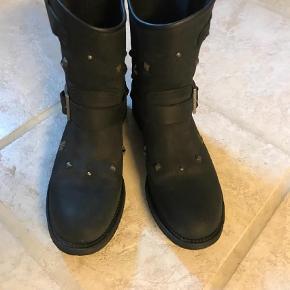 Varetype: Cowboystøvler Farve: Sort  Så lækker støvle. Har købt den for lille.