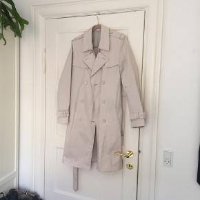 Frakken er stor i størrelsen og bør sagtens kunne bruges af en str. 40 også. Købt i Tyskland.