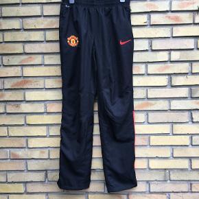 Nye fritidsbukser fra Nike med Manchester United logo.  Str M. 75kr. Ishøj.