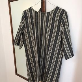Flot kjole fra Reclaimed Vintage i str small/medium  Sløjfen sidder bagpå