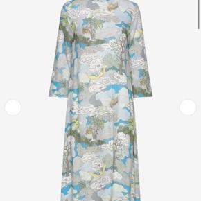 Stine Goya Dreamscape kjole str s Nypris 2400kr Byd Kjolen har en plet, som dog ikke har betydning når den bæres