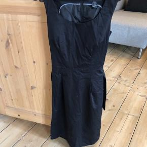 H&M sort kontor kjole. Kan også passes af en str S