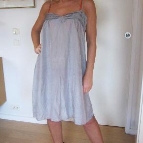 Lækker kjole, skøn i 70% silke 30% viskose. Sælger for veninde, brugt få x.  Yderst velholdt, med regulerbare spagetti stropper. Let og luftig :) 200pp