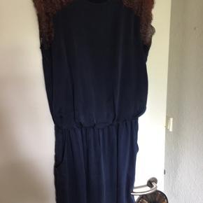Denne søde kjole er af et lægger blødt stof og er fra Gestuz