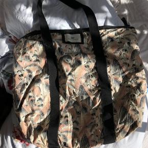Day taske. Brugt men har ingen tydelige tegn på slid. Lynlås virker perfekt. #GøhlerSellout