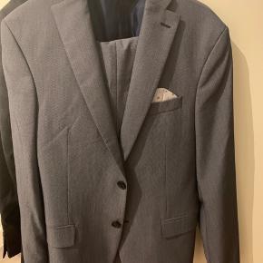 Fra Zara Tailoring Line. Slim fit og fedt casual suit. Brugt til arbejde og så ingen alvorlige skader eller slid.