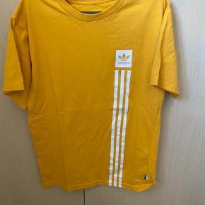 Adidas t.shirt i str. S men fitter også større. Brugt en enkelt gang, og der er en lille plet på den, men ikke noget at se.
