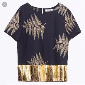 Størrelse M Oprindelig købspris: 1600 kr.  Flot mørkeblå bluse med plisseret guldkant og guld broderier