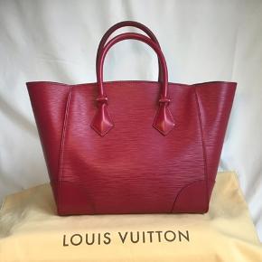 Helt ny Louis Vuitton Phenix Epi Fuchsia MM sælges. Aldrig brugt. Nypris 13.500 dkk. Sælges stadig i butikken. Sender gerne referencenummeret. Har fået den i gave, men har mange tasker, så får den ikke brugt. 42x26x15cm.  Prisen er fast.  #trendsalesfund