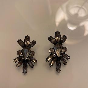 Sælger disse flotte øreringe fra ukendt mærke. De er aldrig brugt, kom med et bud :)