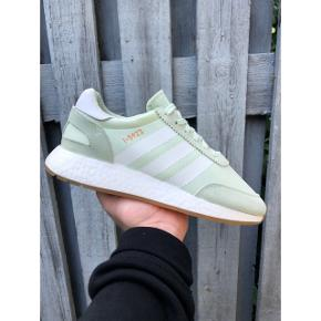 """ADIDAS I-5923 (INIKI) """"Aero Green"""" - Størrelse: EU 40 - Condition: 10/10 ~ Aldrig brugt! - Der medfølger original sko-kasse  Snup dem for 300,- (Ny-pris; 1.099,-) - Køber betaler evt. fragt!"""